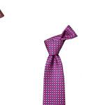 Debutta in grande stile a Pitti Uomo Loic et giL, il nuovo marchio di cravatte fondato a Ginevra nel 2015 da Paolo Luban. Il nome? Prende ispirazione da quello dei figli Loïc e Gil. I decori sono tanti, sempre astratti, in tante nuance di colore: dal mint green al powder pink, dal military green al magenta, dal cold grey al green tea. Le taglie due: M da 150cm e L da 160.