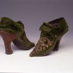 Scarpe femminili, Italia,  1720-1730, velluto tagliato unito; seta, ricamo in oro filato a rilievo. Pelle. Firenze, Museo Stibbert