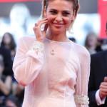 Jasmine Trinca, attrice e unica giurata italiana del concorso, durante la cerimonia di apertura ha portato sul red carpet i gioielli di Tiffany & Co.: un pendente in oro rosa con diamanti e morganite ed un anello in platino con diamanti e morganite.