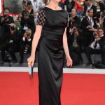 Il presidente di giuria, Annette Bening, durante la cerimonia di apertura della Mostra ha indossato un abito in satin nero con ricamo floreale sulle maniche della collezione Giorgio Armani.