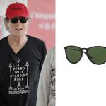 """Robert Redford indossa un paio di occhiali da sole neri di Ray-Ban (Model code: RB4171) caratterizzati dalla presenza, sulla lente destra accanto al logo, della lettera """"P"""" in quanto si tratta di lenti polarizzate."""