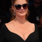 Susan Sarandon indossa un paio di occhiali di Boss Eyewear by Safilo.