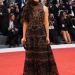 """L'attrice Hong Chau, in attesa dell'anteprima del film """"Downsizing"""", in cui ricopre uno dei ruoli principali al fianco di Matt Damon, ha cavalcato il red carpet indossando per l'occasione un lungo abito nero senza spalline, impreziosito da ricami in rilievo oro, appartenente alla Prefall 2017 di Elie Saab."""