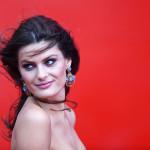 La modella brasiliana Isabeli Fontana, invece, per l'occasione ha indossato un paio di orecchini in oro bianco 18 carati e titanio con granati (10 carati), chalcedony cabochons (3cts), zaffiri rosa (2cts), tourmaline (1ct) e topazi (1ct), appartenenti alla collezione Silk Road, sempre di Chopard.