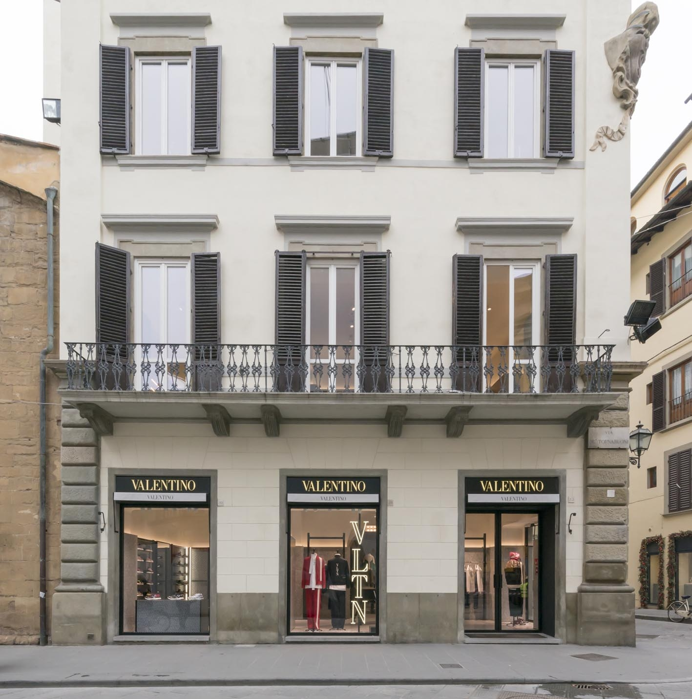 florence-vltn-store-installation-at-valentino-tornabuoni-store-17