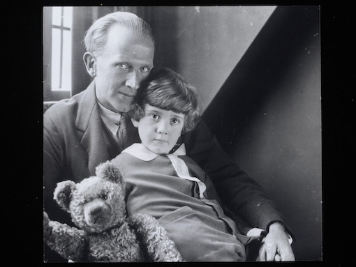 photograph-of-a-a-milne-and-christopher-robin-ca-1925-1926-c-national-portrait-gallery